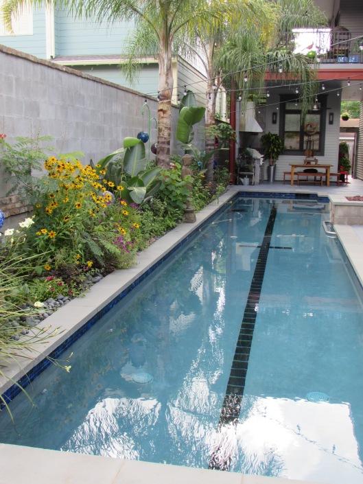 Th e pool runs the length of the side yard.
